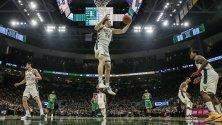 Състезателя на Милуоки Бъкс, Пат Коннатон заснет по време на  отскок в баскетболния мач на плейофите на НБА между Бостън Селтикс и Милуоки Бъкс в Милуоки, Уисконсин, САЩ.