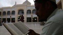 Пакистанските мюсюлмани четат светия Коран в джамия по време на мюсюлманския свят свещения месец Рамадан, в Карачи, Пакистан.