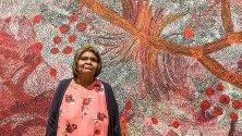 Местната художничка Силвия Кен, победителката на наградите Wynne за тази година, със своето произведение  Седемте сестри в Художествената галерия на Ню Йорк в Сидни, Австралия. Наградите Wynne се провеждат всяка година в Австралия и се награждават произведения на изкуството.