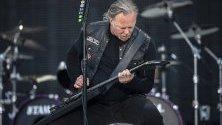 """Джеймс Хетфийлд от американската хеви метъл банда Metallica свири, по време на концерт  с на стадиона """"Лецигранд"""" в Цюрих, Швейцария."""