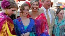 Холандският крал Вилем-Александър и кралица Максима позират за фотографи със своите дъщери по време на посещението си във Feria de Abril в Севиля , Испания. Feria de Abril разполага с борби с бикове, коне, луксозни рокли, танци, както и храна и напитки и се провежда от 04 до 11 май 2019 г.