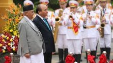 Премиерът на Виетнам Нгуен Сюан Фук и неговият непалски колега КП Шарма Оли присъстват на  почетен пост по време на церемонията по посрещането в Президентския дворец в Ханой, Виетнам.