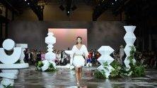 Модел, облечен от Тигърлили по време на австралийската седмица за мода на Mercedes-Benz в Сидни, Австралия.