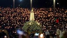 Образът на Девата от Фатима се носи по време на шествието на свещи по време на международната поклонническа годишнина от майското Появление на Дева Мария в светилището Фатима, Португалия.