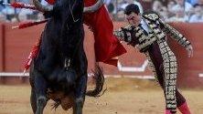 Испанският тореадор Октавио Чакон се бори с бик по време на фестивала Feria de Abril в Севиля, Испания.