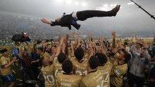 Играчите на ФК Зенит Санкт Петербург хвърлят във въздуха треньора Сергей Семак след победата в руската Висша лига в мача срещу с ФК ЦСК Москва, в Санкт Петербург, Русия.