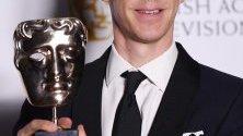 """Бенедикт Къмбърбач с наградата си БАФТА за най-добър актьор в пресцентъра на телевизионните награди на Британската академия """"Virgin Media"""" в Royal Festival Hall в Лондон, Великобритания."""