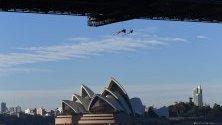Гледка към Грийнпийс от моста на Сидни Харбър в Сидни, Австралия. Активисти имат намерение да разгърнат банер, който в протест срещу климатичните промени. Редица активисти бяха арестувани, докато се опитваха да оразмерят моста.