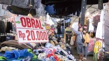Дрехи на улица в Денпасар, Бали, Индонезия. Медиите съобщават,че правителството на Индонезия очаква икономически ръст до 2020г.