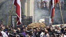 Ливански монаси носят ковчега на покойния ливански маронитски патриарх кардинал Насрала Сфейр в Бкирки, североизточен Бейрут, Ливан.