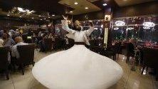 Дервиши танцуват в чест на ритуалите за свещения мюсюлмански месец Рамадан, Сирия.