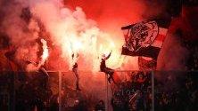 Фенове на Аякс Амстердам празнуват победата в шампионата след футболния мач Ередивизи между Де Графшап Доетинхем и Аякс Амстердам, в Дотинхем, Холандия.