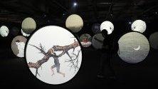 На снимката е заснето произведението Хиляди Луни от китайския художник Ву Джунънг на изложението за дигитално изкуство в Азия в Пекин, Китай.