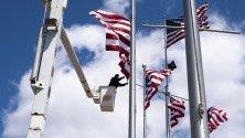 Aмерикански флагове за Деня на паметта по-късно същия месец във ветеранския мемориален Уатерфронт парк в Елизабет, Ню Джърси, САЩ.