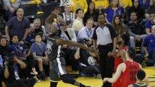 Нападателят на Golden State Warriors Draymond Green иобелязва точки по време на баскетболната среща в плейофите между Golden State Warriors и Portland Trail Blazers в Калифорния.