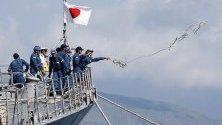 Корабният екипаж на японската морска самоотбрана от кораба Самидар изхвърля въже, след пристигането на кораба в Филипините във връзка с дипломатическа среща между двете страни.