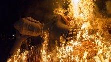 """Статуята на Буда e изгорена по време на церемония, в чест на денят на Весак в Индонезия, 19 май 2019 г. Весак е денят на пълнолунието, който отбелязва раждането, просветлението и """"parinirvana"""" или преминаването на Буда. Хиляди будистки поклонници празнуват будисткия празник на Весак в храма Боробудур, най-големият будистки храм в Индонезия."""