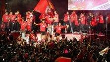 Членовете на екипа на Benfica празнуват с привържениците си в центъра на Лисабон, след като техният отбор спечели португалската първа лига по футбол, побеждавайки Санта Клара в Лисабон, Португалия.