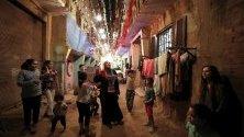 Египетски Мосарати ударят барабаните си и призовава мюсюлманските вярващи около квартал Маади преди разсъмване в Кайро, Египет. Опитват се да събудят спящи хора, за да могат да ядат преди изгрев слънце по време на свещения месец Рамадан.