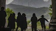 Японските туристи снимат планината Бухан от затворен тунел на прекъсната железопътна линия в Гоянг, Южна Корея.