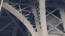 Вчера мъж се покатери по Айфеловата кула, докато пожарникарите се опитват да го спрат в Париж, Франция.