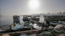 Лодки на палестински рибари плават в пристанището в Газa. Според съобщения в медиите, Израел наскоро разшири риболовната зона за рибарите от Газа от шест морски мили до 15 морски мили.