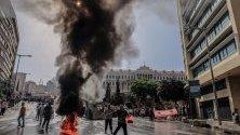Ливански полицаи се сблъскаха с пенсионирани офицери и войници, които се опитаха да влязат в двореца на правителството по време на демонстрация пред двореца на правителството в Бейрут, Ливан.