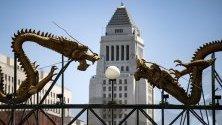 Два дракона, сложени пред сградата на общината в Лос Анджелис, отбелязват входа на Чайнатаун в Лос Анджелис, Калифорния.