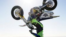 Световният шампионат за мотоциклетизъм се проведе в Мелбърн, САЩ. На снимката Джак Филд изпълнява рекорд за обръщане с мотоциклет.