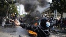 Индонезийски протестиращи по време на протест след обявяването на резултатите от президентските избори пред сградата на Надзорния съвет за избори (Bawaslu) в Джакарта, Индонезия. Настоящият индонезийски президент Джоко Видодо бе преизбран след победата над своя съперник, пенсионираният генерал Prabowo Subianto.