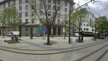 Строителните огради на площад Славейков са премахнати, за да се улесни преминаването на пешеходците. На площада, както и в цялата централна зона на реконструкции продължават довършителни работи според забележките на строителния надзор.
