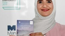 Оманската авторка Джока ал-Харти представя с книгата си Небесни тела по време на наградите Man Booker 2019 в Лондон, Великобритания.