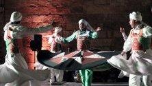 Египетските танцьори изпълняват танц в поли танура по време на фестивала Рамадан в двореца Ал Гури в Кайро, Египет. Ал Танура обикновено се практикува от суфийските мюсюлмани и е духовна практика, където въртенето и отхвърлянето на три поли представлява кръговото движение на света.