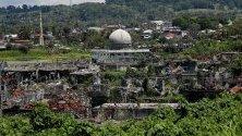 Повредена джамия сред разрушени сгради в град Марави, Филипини. Преди две години терористите от Ислямска държава, заеха град Марави, като предизвикаха петмесечен въоръжен конфликт и това причини хиляди смъртни случая и остави града в руини.