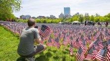 Поле от над 37 000 флагчета на Съединените щати на Бостънската община в памет на предстоящия Мемориален почивен уикенд в Бостън, Масачузетс. Всяко едно от флагчетата, засадени близо до паметника на моряците и войниците в най-стария обществен парк на нацията.
