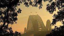 Тънък дим покрива пристанището на Сидни и по-голямата част на Сидни в Сидни, Австралия.