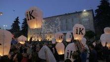 Привържениците на опозицията запалиха свещи с надпис Go Away по време на протест в Тирана, Албания. Опозицията настоява за оставката на министър-председателя и предсрочни избори.