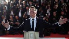 Испанският актьор Антонио Бандерас представя с наградата си за най-добър актьор за спектакъла във филма Болка и слава по време на 72-ия годишен филмов фестивал в Кан, Франция.