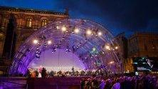 Юбилеен концерт извън операта във Виена, Австрия, който е безплатен за всички и включва изпълнители на ансамбли, международни гостуващи артисти, оркестър и хор на Wiener Staatsoper с диригент Марко Армилиато.