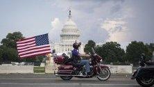 Мотоциклетисти, преминавайки пред Капитолия в САЩ, по време на ежегодния празник на Деня на паметта на Rolling Thunder Ride To The Wall, в памет на загиналите войници от войната в Виетнам във Вашингтон.