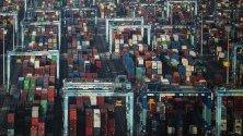 Въздушен изглед на контейнери за транспортиране в Westports в Порт Кланг, Малайзия.