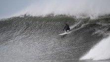 Сърфистът Джони Хоукен по време на сърфиране на вълна в близост до Белс Бийч, Виктория, Австралия.