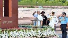 Номинираният за министър-председател Нарендра Моди отдава почит на Националния военен мемориал преди полагането на клетва като 16-ти министър-председател на Индия в Делхи.