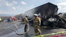 Мексикански пожарникари и членове на Гражданска защита са изпратени да потушат пожар на мястото на инцидент с автобусна катастрофа в хълмовете Малтрата, по пътя, свързващ градовете Пуебла и Веракруз, източна Мексико. Най-малко 21 души са загинали и 30 са ранени, когато автобус се сблъска с камион.