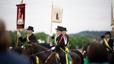Конници, носещи религиозни знамена, участват в т.нар: Блуритт. Поклонението на Светата кръв датира от 11 век.