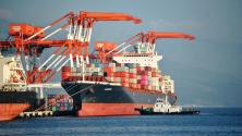 Товарен кораб MV Bavaria се подготвя да плава в морето, след като зареди канадски отпадъци в зоната за свободни зони Subic Bay, град Olongapo, на север от Манила, Филипините. След повече от месец интензивен натиск, канадското правителство се съгласи да поеме разходите за репатрирането на отпадъците си, около 2450 тона боклук.