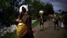 Имигранти от Африка и Хаити навлизат на мексиканска територия по бреговете на река Сучиате на границата с Мексико Гватемала.