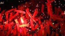 Феновете на River Plate аплодират за отбора си, след като отбелязаха по време на финалния мач на Копа Судамериканана монументалния стадион в Буенос Айрес.