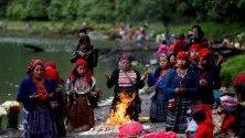 Местните жители участват в церемония за благодарност до лагуната на Чикабал, Гватемала. Преди зазоряване хиляди местни жители се изкачват по планината, за да достигнат централния кратер на Чикабал, който е ритуал за опасност от дъжд от векове.