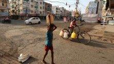 Всяко лято индийските водни източници често стават изтощени, принуждавайки гражданите да намират други източници на вода. Според индийския метеорологичен отдел,продължаващата топлинна вълна в северозападната и централната Индия се очаква да продължи.
